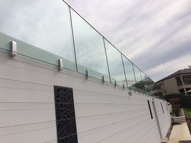 Face mounted glass pool fence spigots
